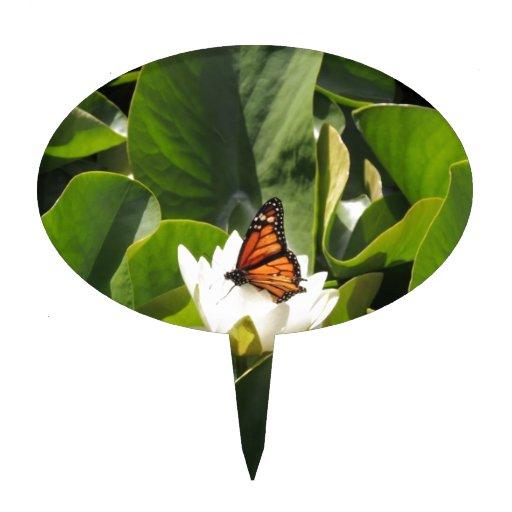 Mariposa de monarca en un cojín de lirio figura de tarta