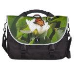 Mariposa de monarca en un cojín de lirio bolsas para portatil
