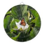 Mariposa de monarca en un cojín de lirio tabla dardos