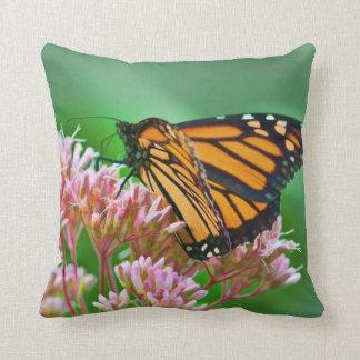 Mariposa de monarca, flores, almohada de tiro
