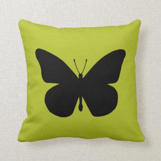 Mariposa de monarca negra bonita en el oro cojines
