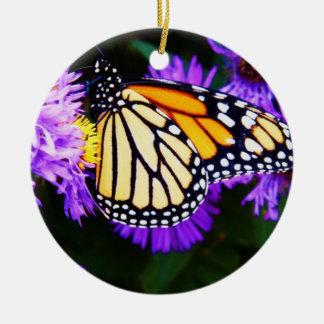 Mariposa de monarca, ornamento del aster adorno navideño redondo de cerámica