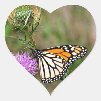 Mariposa de monarca pegatina en forma de corazón
