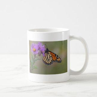 Mariposa de monarca taza clásica