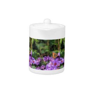 Mariposa de monarca y flores púrpuras