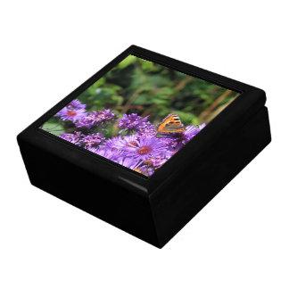 Mariposa de monarca y flores púrpuras caja de regalo