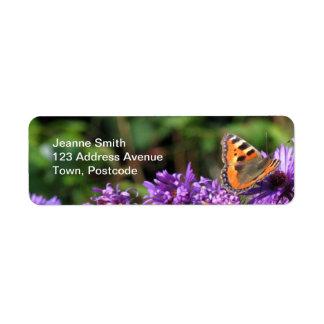 Mariposa de monarca y flores púrpuras etiquetas de remite