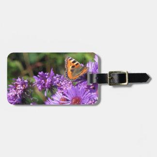 Mariposa de monarca y flores púrpuras etiquetas bolsas