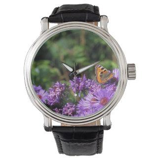 Mariposa de monarca y flores púrpuras reloj