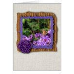 Mariposa de monarca y flores púrpuras tarjeta