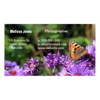 Mariposa de monarca y flores púrpuras plantilla de tarjeta de negocio