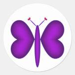 Mariposa de neón púrpura de los corazones pegatina redonda