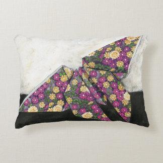 Mariposa de Origami en el papel floral Cojín Decorativo
