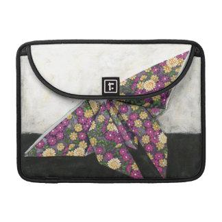 Mariposa de Origami en el papel floral Fundas Para Macbooks