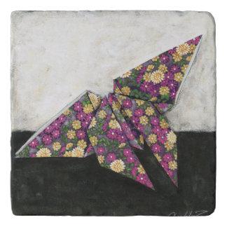 Mariposa de Origami en el papel floral Salvamanteles