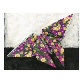 Mariposa de Origami en el papel floral Tarjeta Postal