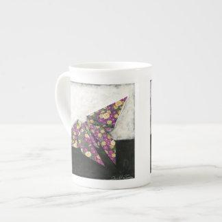 Mariposa de Origami en el papel floral Taza De Porcelana