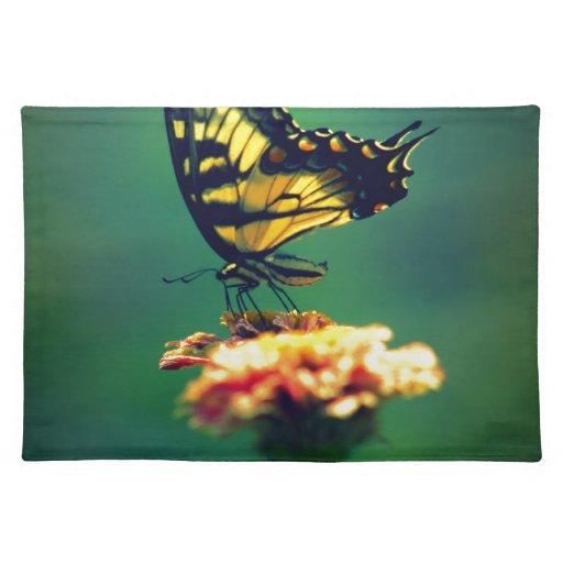 Mariposa de oro de Swallowtail en jardín del veran Mantel Individual