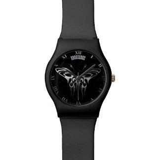 Mariposa de plata en el mármol negro con las venas relojes de mano