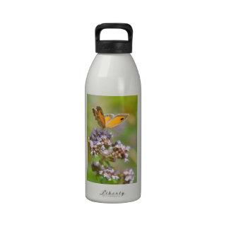 Mariposa de Pyronia en la flor Botella De Agua Reutilizable