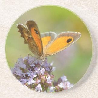 Mariposa de Pyronia en la flor Posavasos Diseño