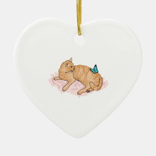 Mariposa de reclinación del gato adorno de cerámica en forma de corazón