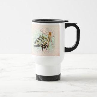Mariposa de Swallowtail del tigre en el lirio del Taza De Viaje