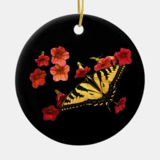 Mariposa de Swallowtail del tigre en las flores Adorno Navideño Redondo De Cerámica