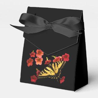 Mariposa de Swallowtail del tigre en las flores Caja Para Regalos