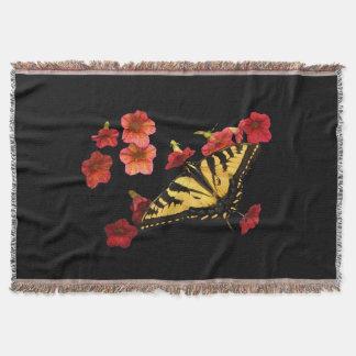 Mariposa de Swallowtail del tigre en las flores Manta