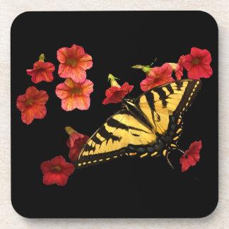 Mariposa de Swallowtail del tigre en las flores ro Posavasos De Bebida