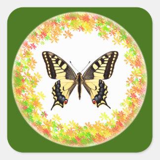 Mariposa de Swallowtail en el marco de hojas Pegatina Cuadrada