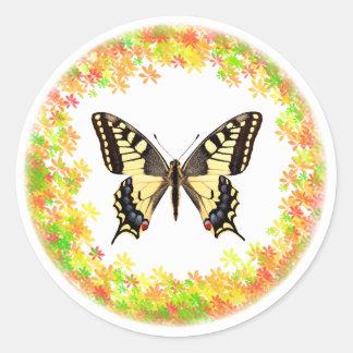 Mariposa de Swallowtail en el marco de hojas Pegatina Redonda
