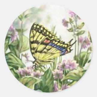 Mariposa de Swallowtail en la pintura de las Pegatina Redonda