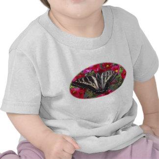 Mariposa de Swallowtail en las flores Camiseta