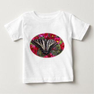 Mariposa de Swallowtail en las flores Playera