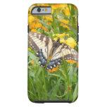 Mariposa de Swallowtail en los Wallflowers Funda De iPhone 6 Tough