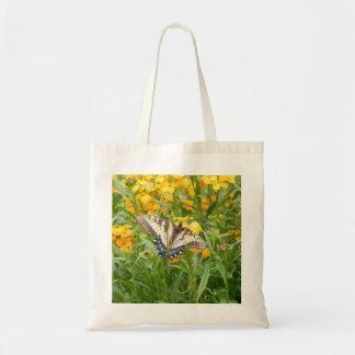 Mariposa de Swallowtail en los Wallflowers siberia Bolsa De Mano