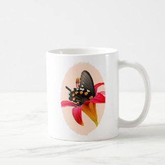 Mariposa de Swallowtail, regalos rojos del lirio y Taza De Café