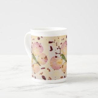 Mariposa del cuento de hadas en la taza de la taza de porcelana