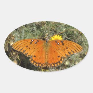 Mariposa del Fritillary del golfo Pegatina Ovalada