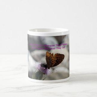 Mariposa del Fritillary en la flor del cardo Tazas