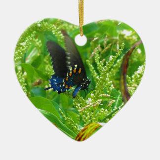 Mariposa del negro azul y del naranja adorno de cerámica en forma de corazón