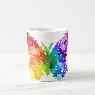 Mariposa del rompecabezas del arco iris de la taza clásica