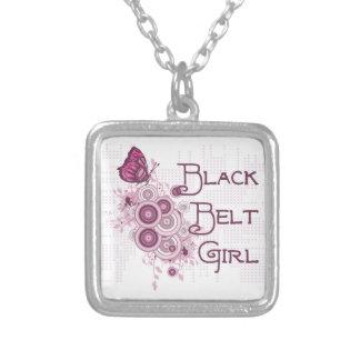 Mariposa del rosa del chica de la correa negra de collar plateado