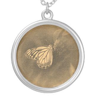 Mariposa del vintage en la flor - collar