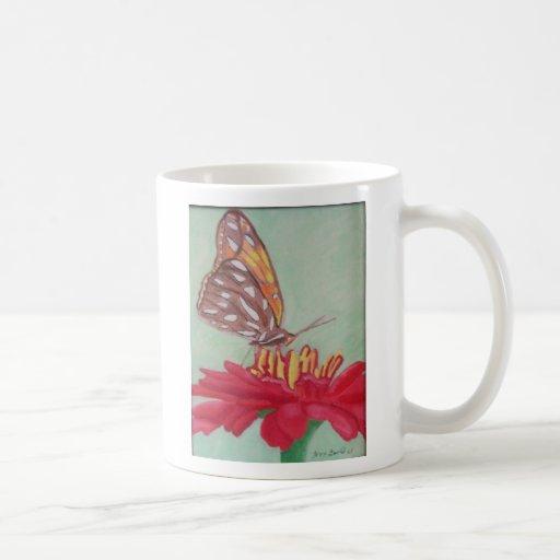 Mariposa en descanso taza básica blanca