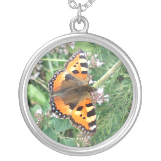 Mariposa en el collar de la plata esterlina de la