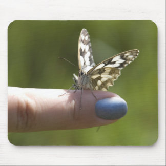 mariposa en el dedo tapetes de ratón