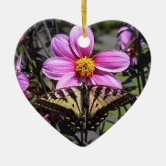 Mariposa en el flor de la flor ornamento de reyes magos